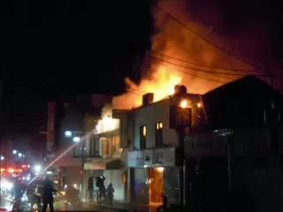 長岡京市で深夜火災