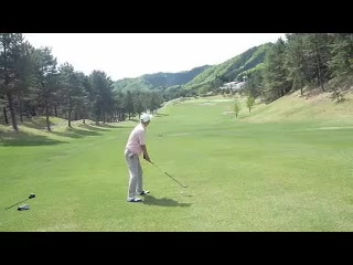 ゴルフ左足下がりのライから5番ウッドでセカンドショット
