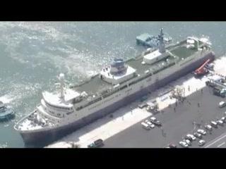 【こちら航空部】タグボートに引かれ新居浜東港を出る羊蹄丸=愛媛県新居浜市で2012年7月10日午後3時14分、本社ヘリから
