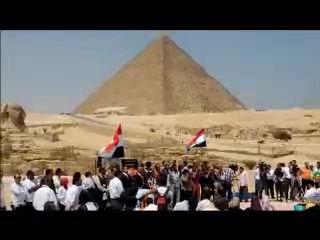 ピラミッド前で観光ガイド連盟がイベント