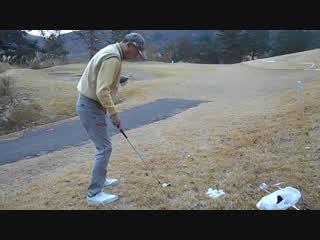 ゴルフ 前上がりのライからSWのアプローチショット2016.12.4