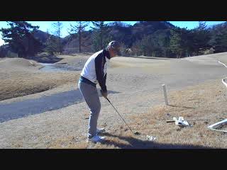 ゴルフ SWの前上がりのライから25Yのアプローチを高い球で打ってミタ2016.12.23